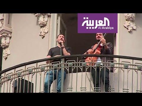 أحمد الروبي يغني من البلكونة بسبب كورونا
