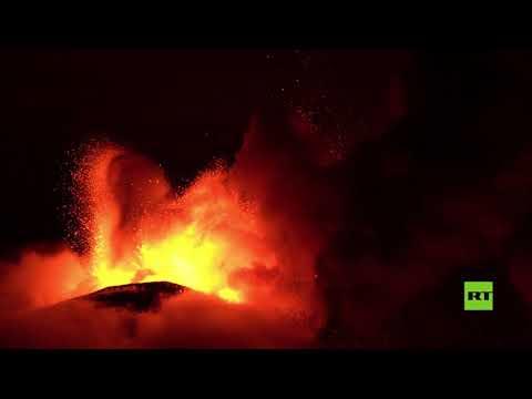 شاهد بركان إتنا يقذف الحمم والرماد على صقلية