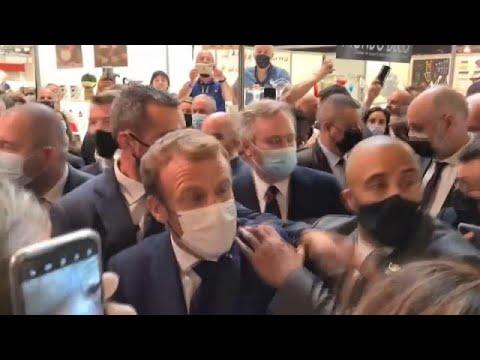 رشق الرئيس الفرنسي إيمانويل ماكرون ببيضة