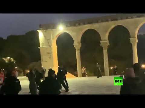 شاهد الشرطة الإسرائيلية تقتحم المسجد الأقصى