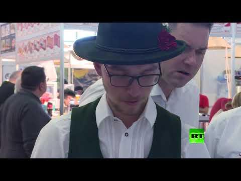 شاهد وجبة حشرات شهية في جناح في معرض دولي