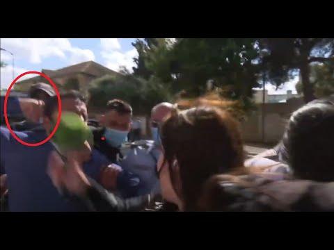 شاهد إسرائيليون يعتدون على مراسلة قناة روسية في القدس خلال محاكمة نتنياهو