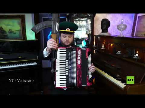 موسيقار برازيلي يعزف باستخدام رشاش كلاشنيكوف وزجاجة فودكا