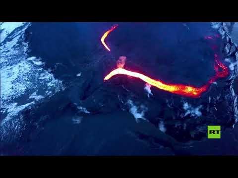شاهد السياح الروس يتسلقون إلى قمة فوهة بركان ثائر
